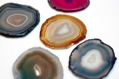 Wibrujący i błyszczący agat skały plasterki odizolowywający na białym tle Obraz Stock