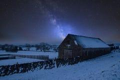Wibrujący Milky sposobu złożony wizerunek nad krajobrazem zakrywającym śnieg obraz stock