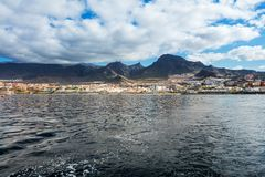 Wibrujący modry i sceneria nawadniamy Tenerife zachodnia linia brzegowa jak widzieć od jachtu Uśpiony Teide wulkan może widzieć w Zdjęcia Stock