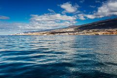 Wibrujący modry i sceneria nawadniamy Tenerife zachodnia linia brzegowa jak widzieć od jachtu Uśpiony Teide wulkan może widzieć w Zdjęcia Royalty Free