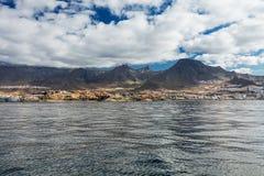 Wibrujący modry i sceneria nawadniamy Tenerife zachodnia linia brzegowa jak widzieć od jachtu Uśpiony Teide wulkan może widzieć w Zdjęcie Stock