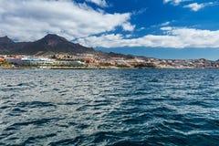 Wibrujący modry i sceneria nawadniamy Tenerife zachodnia linia brzegowa jak widzieć od jachtu Uśpiony Teide wulkan może widzieć w Obrazy Stock