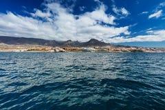 Wibrujący modry i sceneria nawadniamy Tenerife zachodnia linia brzegowa jak widzieć od jachtu Uśpiony Teide wulkan może widzieć w Obraz Stock
