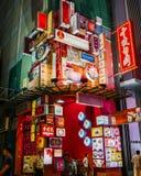 Wibrujący neonowi światła reklamuje chińskie restauracje i przedsięwzięcia fotografia royalty free
