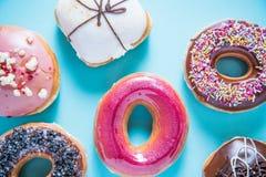 Wibrujący rzemieślników donuts na błękitnym tle Obraz Royalty Free