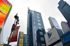 Wibrujący times square w dniu Fotografia Stock