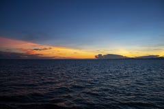 Wibrujący wschód słońca z niebieskim niebem, pomarańcz chmurami i pluskoczącym morzem, Pomarańczowy błękitny skyscape w wczesnym  zdjęcie royalty free