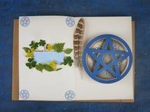 Wiccan książka cienie gotowi pamiętać rytuał zdjęcie stock