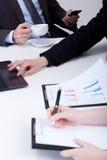 Wichtige analysierende Daten bezüglich des Geschäftstreffens Stockfoto