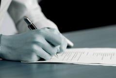 Das Unterzeichnen der wichtigen Dokumente Lizenzfreie Stockfotografie