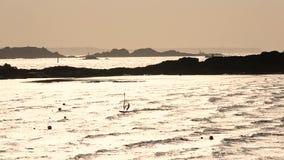 Wickeln Sie das Surfen, Sonnenuntergang, Dinard, Bretagne stock video