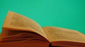 Wickeln Sie Drehung die Seite im Buchfarbenreinheitsschlüssel stock video