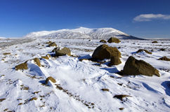 Wickeln Sie gefegten Schnee zwischen Flusssteinen unter Hofsjokull-Vulkan, Island Stockfoto