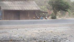 Wickeln Sie Sturm durchgebrannten Staub und Blätter auf Straße lizenzfreies stockfoto