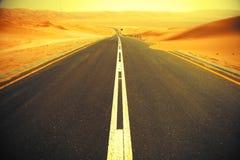 Wickelnde schwarze Asphaltstraße durch die Sanddünen von Liwa-Oase, Vereinigte Arabische Emirate Stockfotografie
