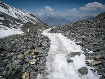 Wickelnde Spur über Thorong-La-Durchlauf in Nepal Lizenzfreie Stockbilder