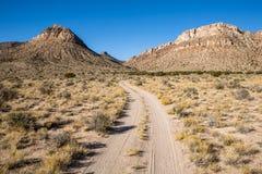 Wickelnde Straße der doppelten Bahn zu den großen, steilen Bergen in Utah stockfotos