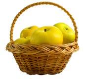 wicker белизны корзины предпосылки яблок Стоковая Фотография