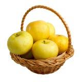 wicker корзины яблок золотистый Стоковое фото RF