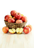 wicker корзины яблок Стоковое Фото