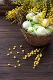 wicker пасхальныхя корзины цветастый Стоковые Фотографии RF