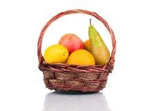 wicker персиков померанцев кивиа виноградин плодоовощей смычка корзины bascket яблок красный связанный Стоковая Фотография RF