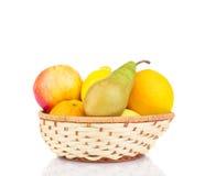 wicker персиков померанцев кивиа виноградин плодоовощей смычка корзины bascket яблок красный связанный Стоковые Фотографии RF