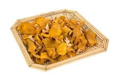 Сладкий картофель откалывает внутри корзину wicker Стоковое Изображение