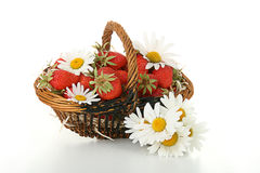 Wicker basket of strawberries with daisy Royalty Free Stock Photos