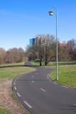 Wicklungstraße am sonnigen Frühlingstag Lizenzfreies Stockfoto