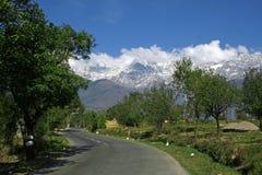 Wicklungstraßen des Schnees ragten Himalaja, Kangra innen empor Stockbilder
