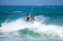 Ćwiczy kitesurfing przy Corralejo flaga Beac (kiteboarding) Zdjęcia Stock