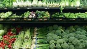 Wide tracking shot of vegetables in a grocery store Royalty Free Stock Photography