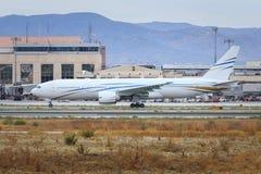 Widebody åka taxi för trafikflygplan Arkivbilder