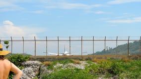 Widebody воздушные судн причаливая перед приземляться сток-видео