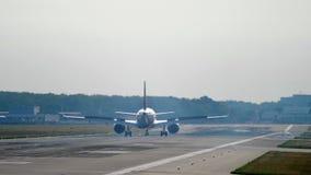 Widebody αεροπλάνο που προσγειώνεται στο πρωί απόθεμα βίντεο