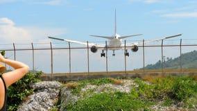 Widebody αεροσκάφη που πλησιάζουν πρίν προσγειώνεται απόθεμα βίντεο