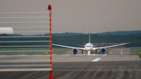 Widebody vliegtuigvertrek stock footage
