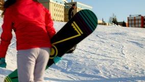 Wideo śnieżni narciarscy skłony, dźwignięcie linie i dolina park w Wasatch, Słoneczny dzień z rodzinami na nartach i snowboards zdjęcie wideo