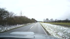 Wideo droga podczas gdy jadący nadchodzący samochód samochód rusza się na asfaltowej drodze