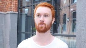 Wideo gadka, konferencja, mężczyzna z brodą, Plenerowy sieci kamery widok, Czerwoni Hairs obraz stock