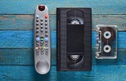 Wideo kaseta, audio kaseta, pilot do tv na błękitnym drewnianym stole Retro medialna technologia od 80's kosmos kopii Fotografia Royalty Free