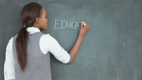Wideo nauczyciel patrzeje blackboard zbiory wideo