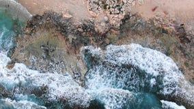 Wideo od above antena widok brzegowy denny Lata? nad lini? brzegow? Krajobraz Morze ?r?dziemnomorskie i brzegowy Cypr city zdjęcie wideo