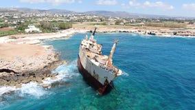 Wideo od above Widok z lotu ptaka Lata nad linią brzegową z łamanym statkiem denny wybrzeże Morze Śródziemnomorskie i wybrzeże zbiory wideo