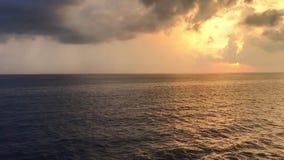 Wideo panning od złotego półmroku nieba żywy błękitny oceanu horyzont zdjęcie wideo