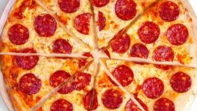 Wideo poruszający tło pokrajać pepperoni pizzę footage zbiory