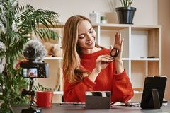 Wideo przegląd Śliczny i młody blogger przedstawia piękno produkty podczas gdy robić nowemu wideo tutorial dla jej vlog zdjęcie royalty free