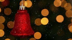 Wideo skład z spada śniegiem nad rozmytym wideo choinek światła i czerwony dzwon zbiory wideo