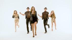 Wideo strzelanina teledysk Fachowi piosenkarzi i tancerze pokazują numer muzycznego Ruszają się synchronously zbiory wideo